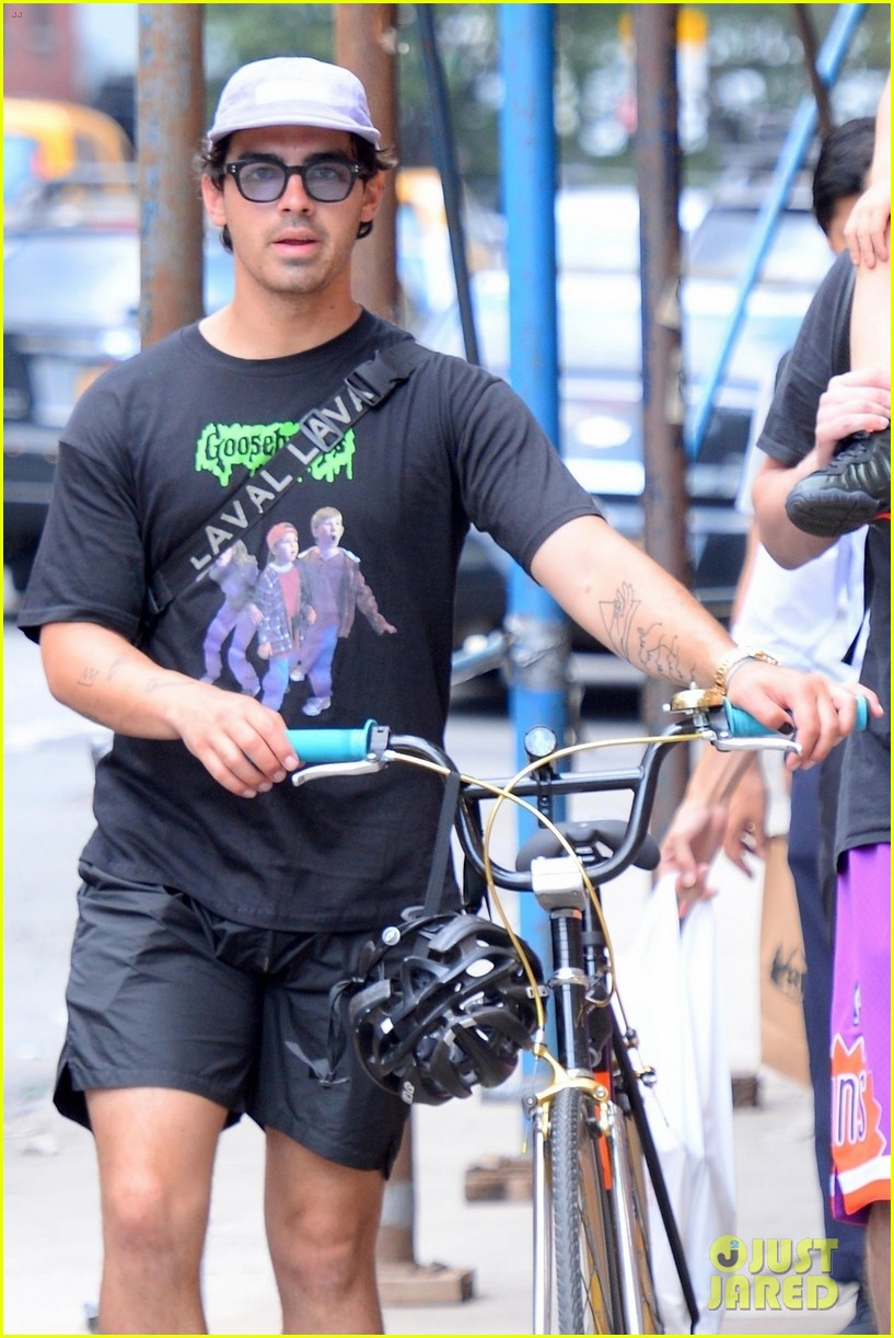 joe jonas sophie turner hang out with his parents in nyc 07