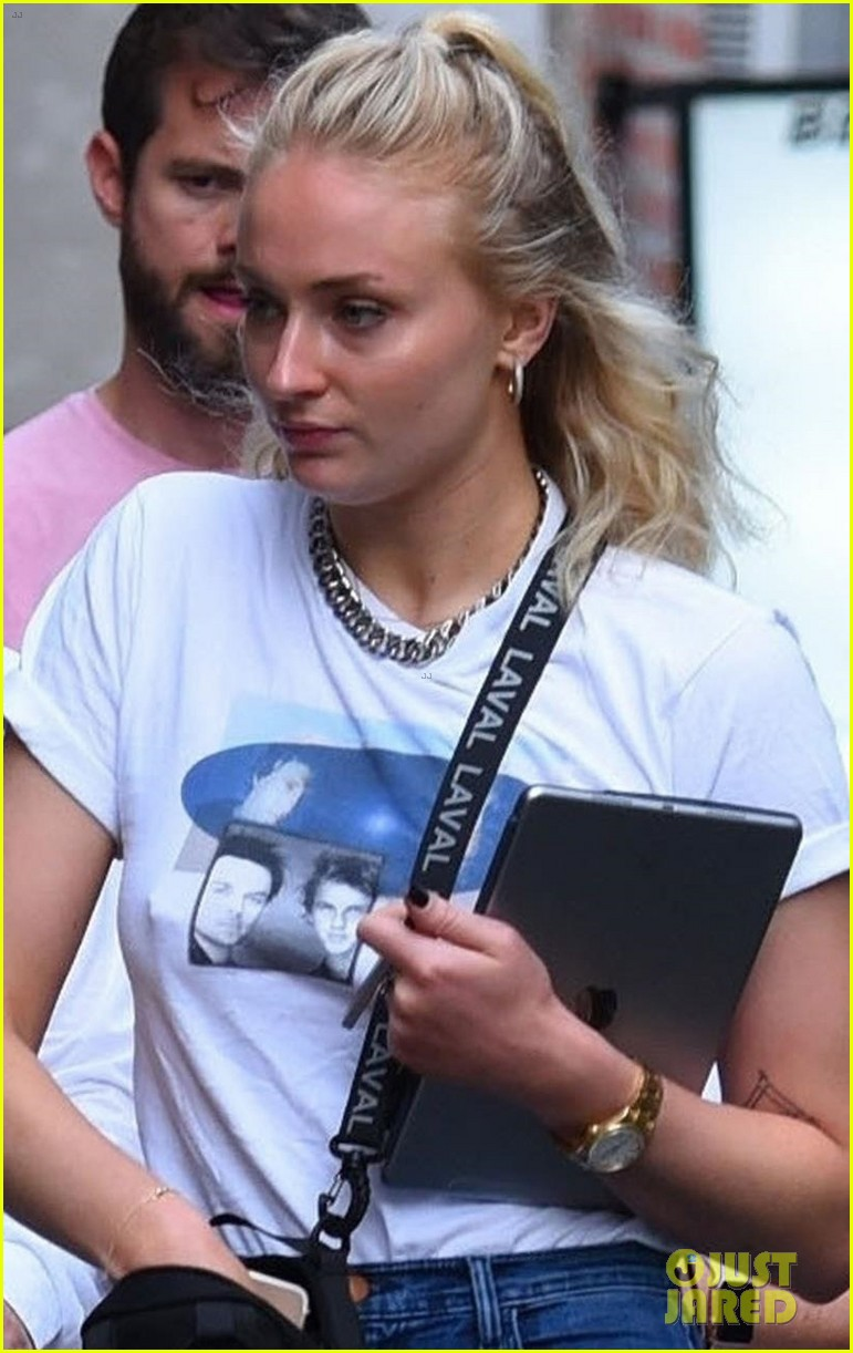 joe jonas sophie turner hang out with his parents in nyc 08