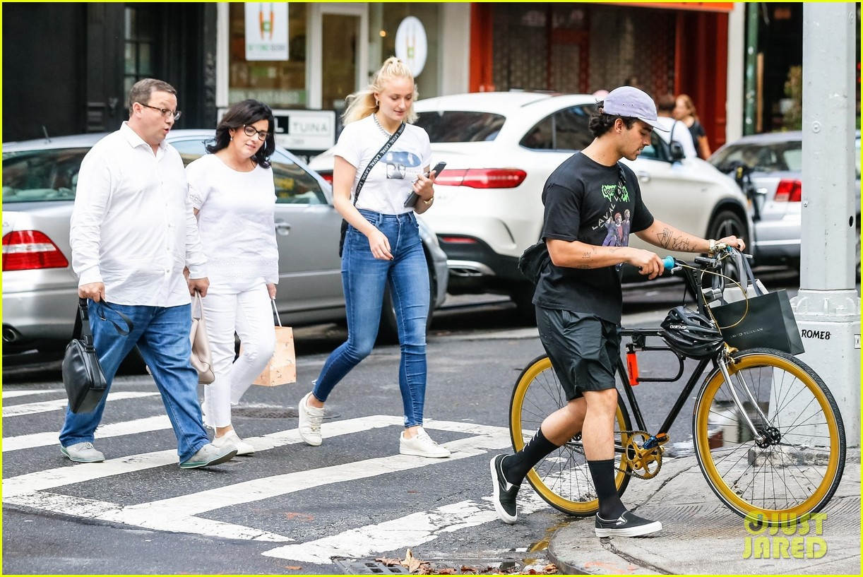 joe jonas sophie turner hang out with his parents in nyc 09