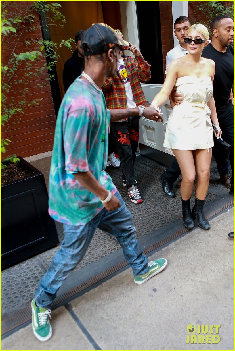 kylie jenner gives travis scott a kiss goodbye in nyc 01