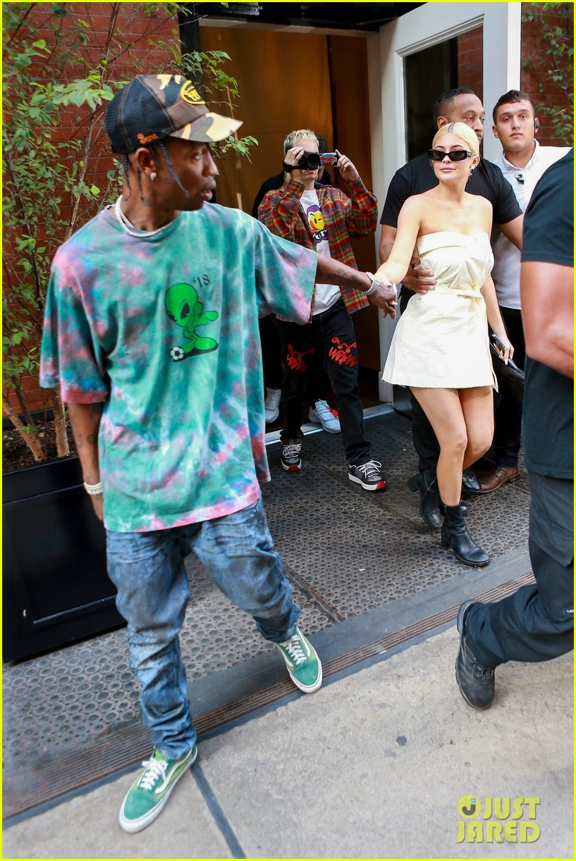 kylie jenner gives travis scott a kiss goodbye in nyc 12