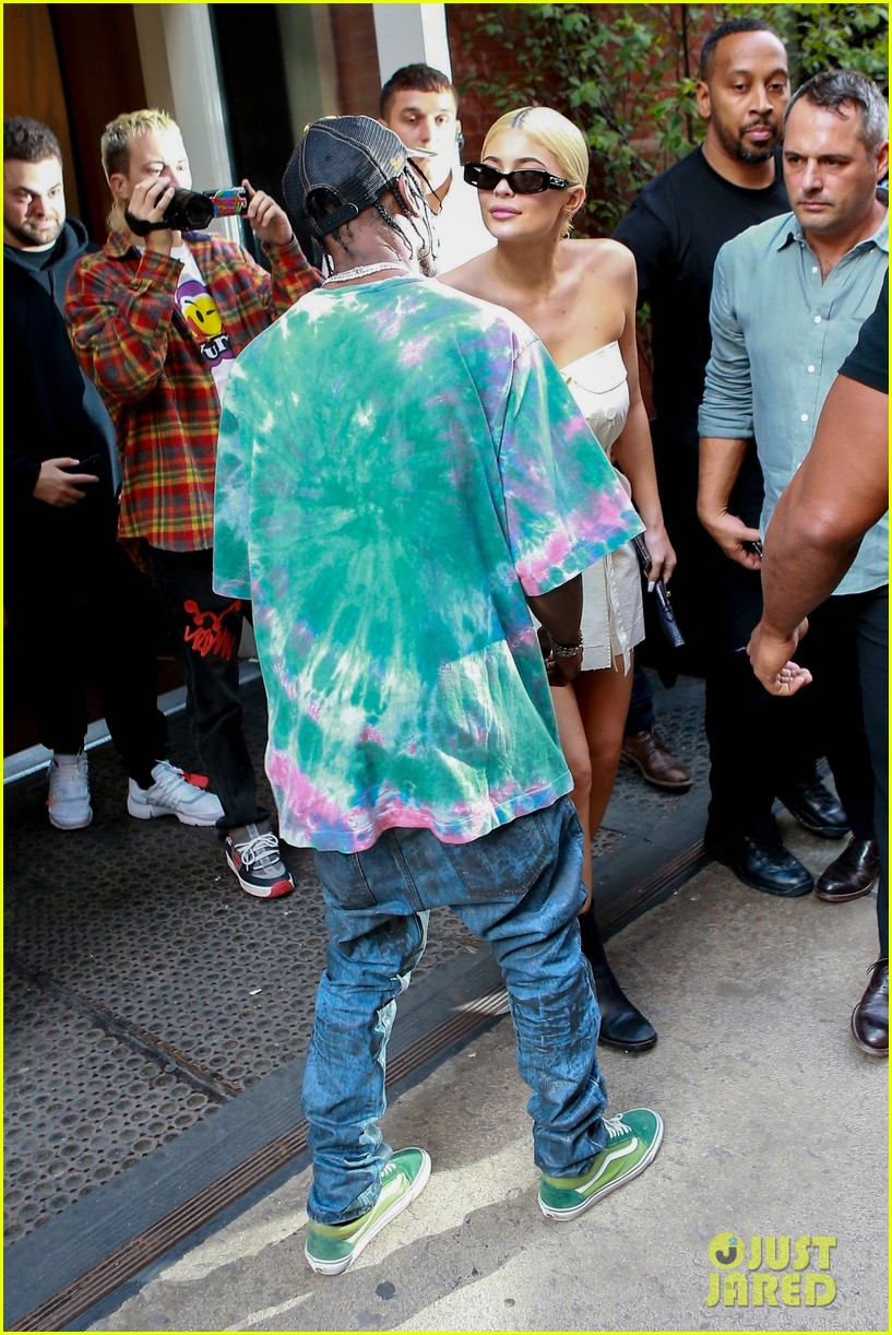 kylie jenner gives travis scott a kiss goodbye in nyc 19