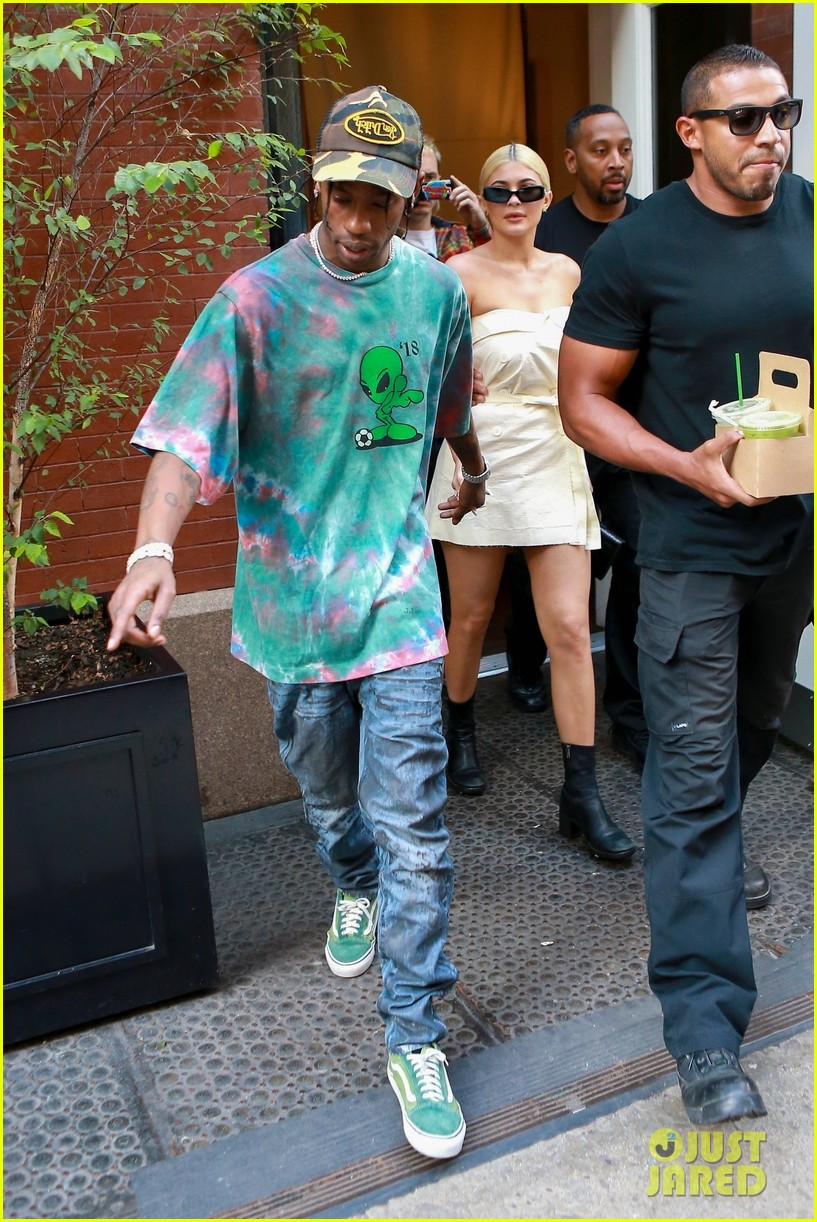 kylie jenner gives travis scott a kiss goodbye in nyc 20