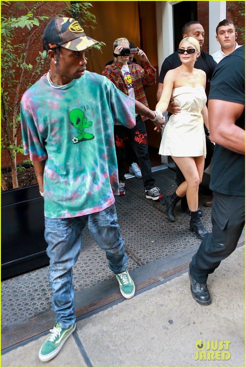 kylie jenner gives travis scott a kiss goodbye in nyc 24
