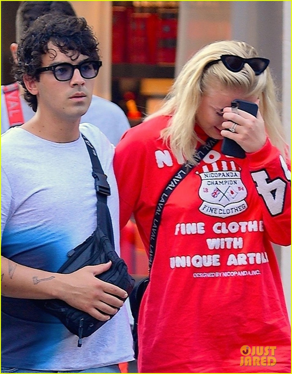 Sophie Turner explains why she was crying with Joe Jonas in public photo