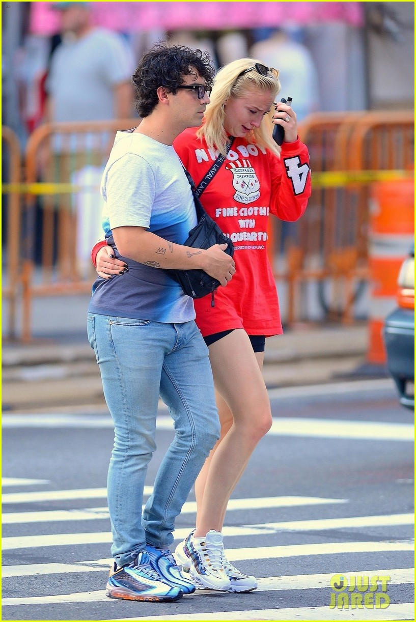 Sophie Turner explains why she was crying with Joe Jonas in public Sophie Turner explains why she was crying with Joe Jonas in public new pictures