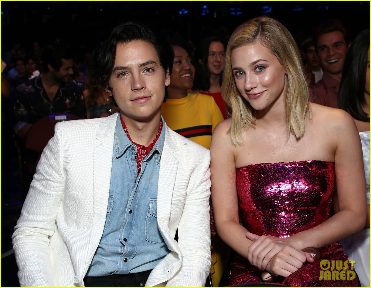 cole sprouse lili reinhart kj apa photobomb teen choice 01