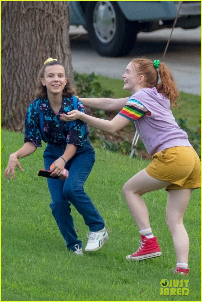 stranger things set photos millie bobby brown 01