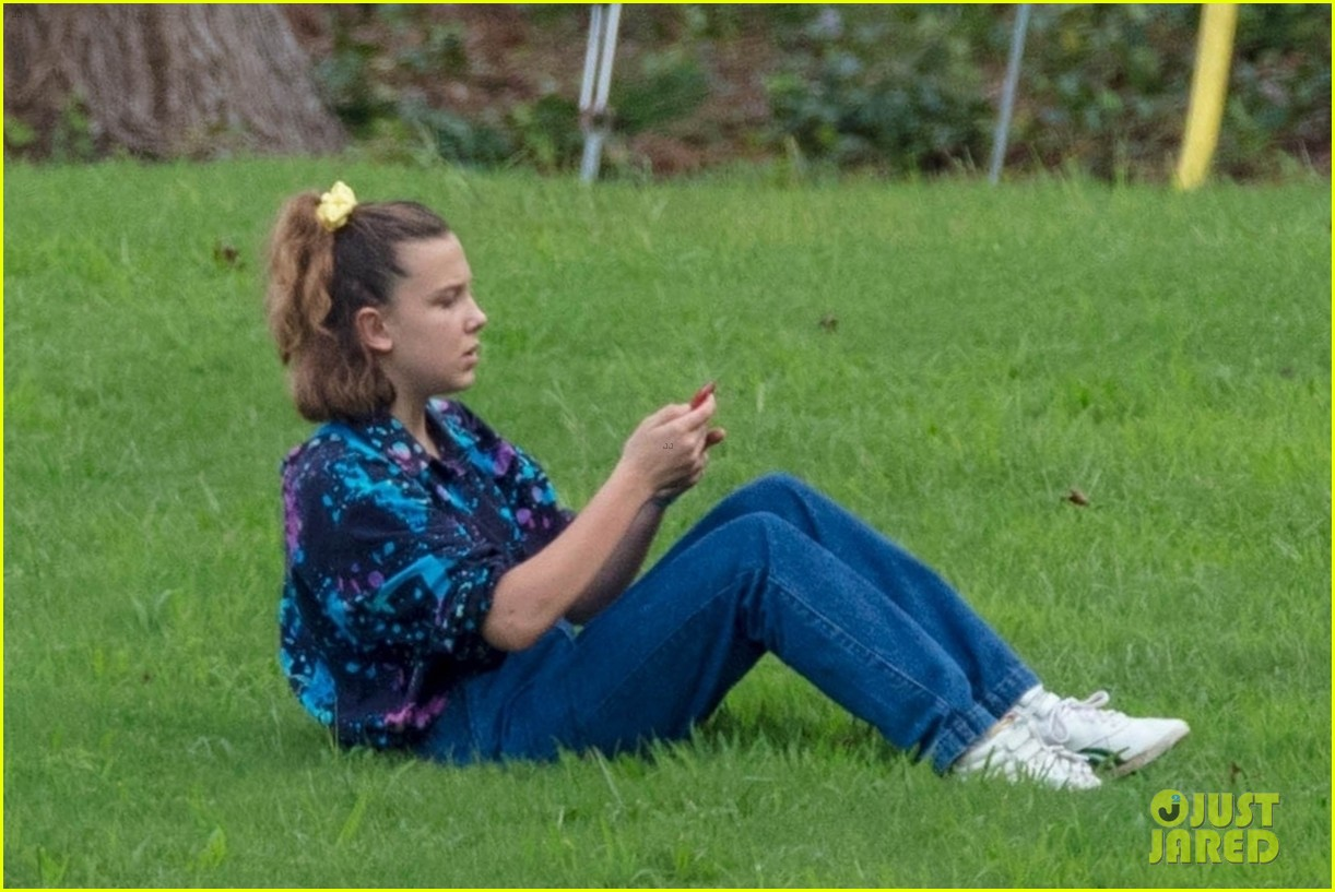 stranger things set photos millie bobby brown 05