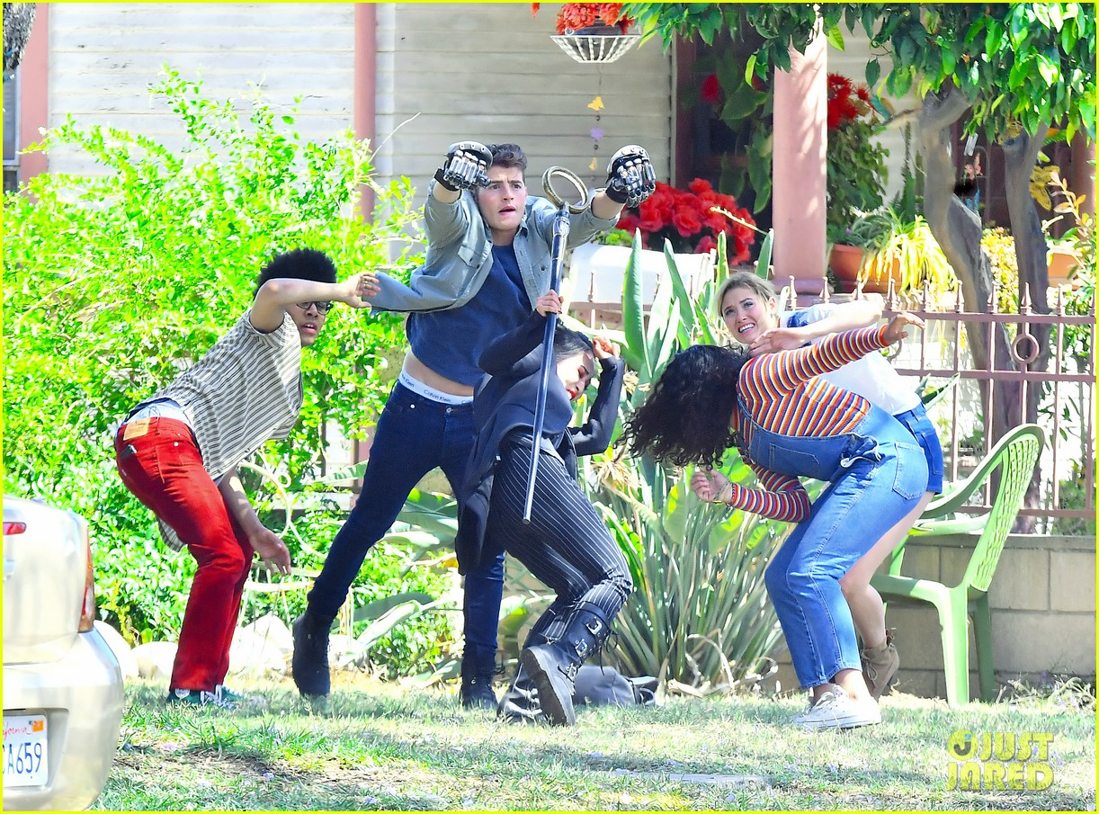 gregg sulkin uses his superpower gloves on runaways set 01