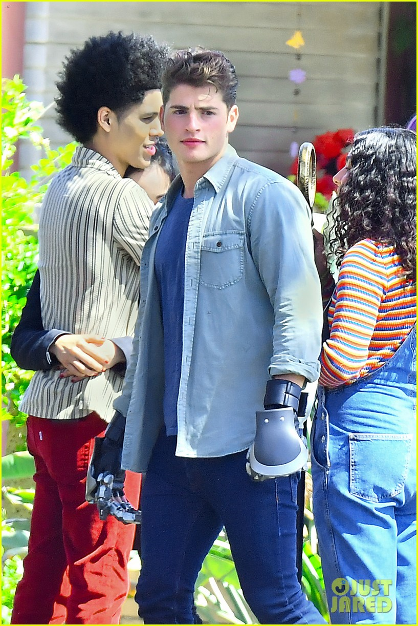 gregg sulkin uses his superpower gloves on runaways set 16