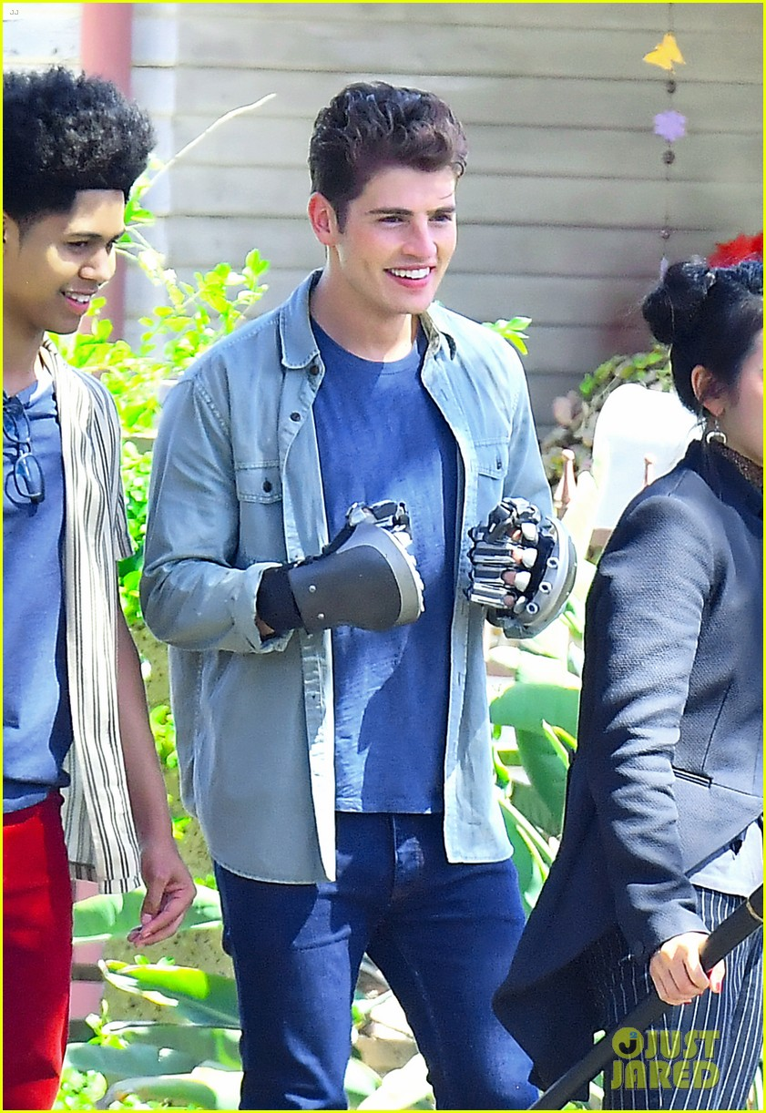 gregg sulkin uses his superpower gloves on runaways set 18