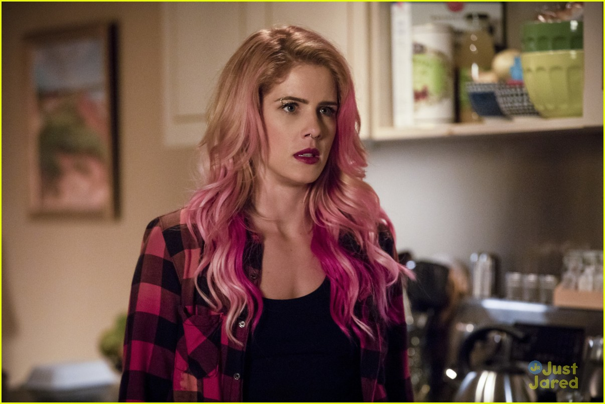 felicity pink hair arrow first pics 01