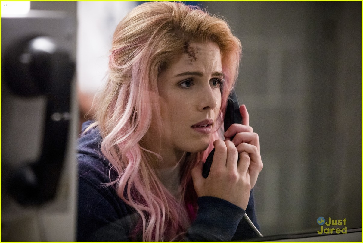 felicity pink hair arrow first pics 02