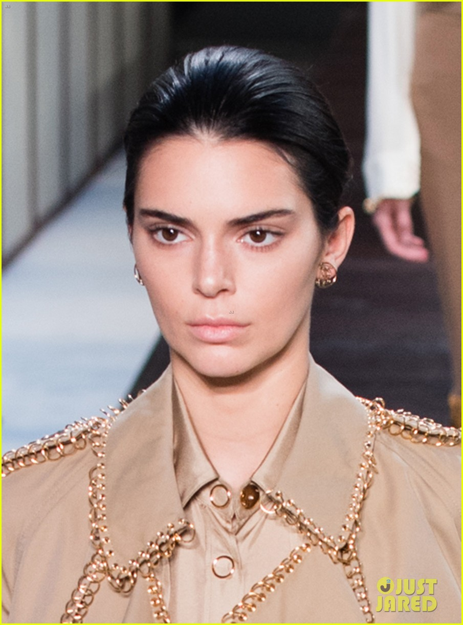 Kendall Jenner Walks Burberry 39 S Runway During London Fashion Week Photo 1186217 Photo