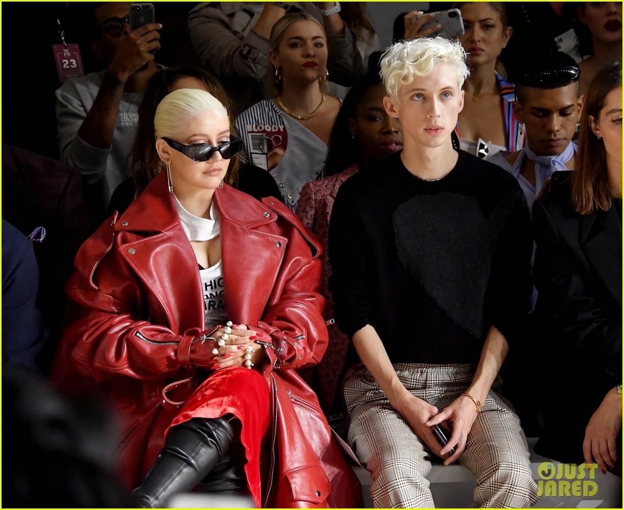 lauren jauregui sits between legends troye sivan christina aguilera at christian cowan show 05