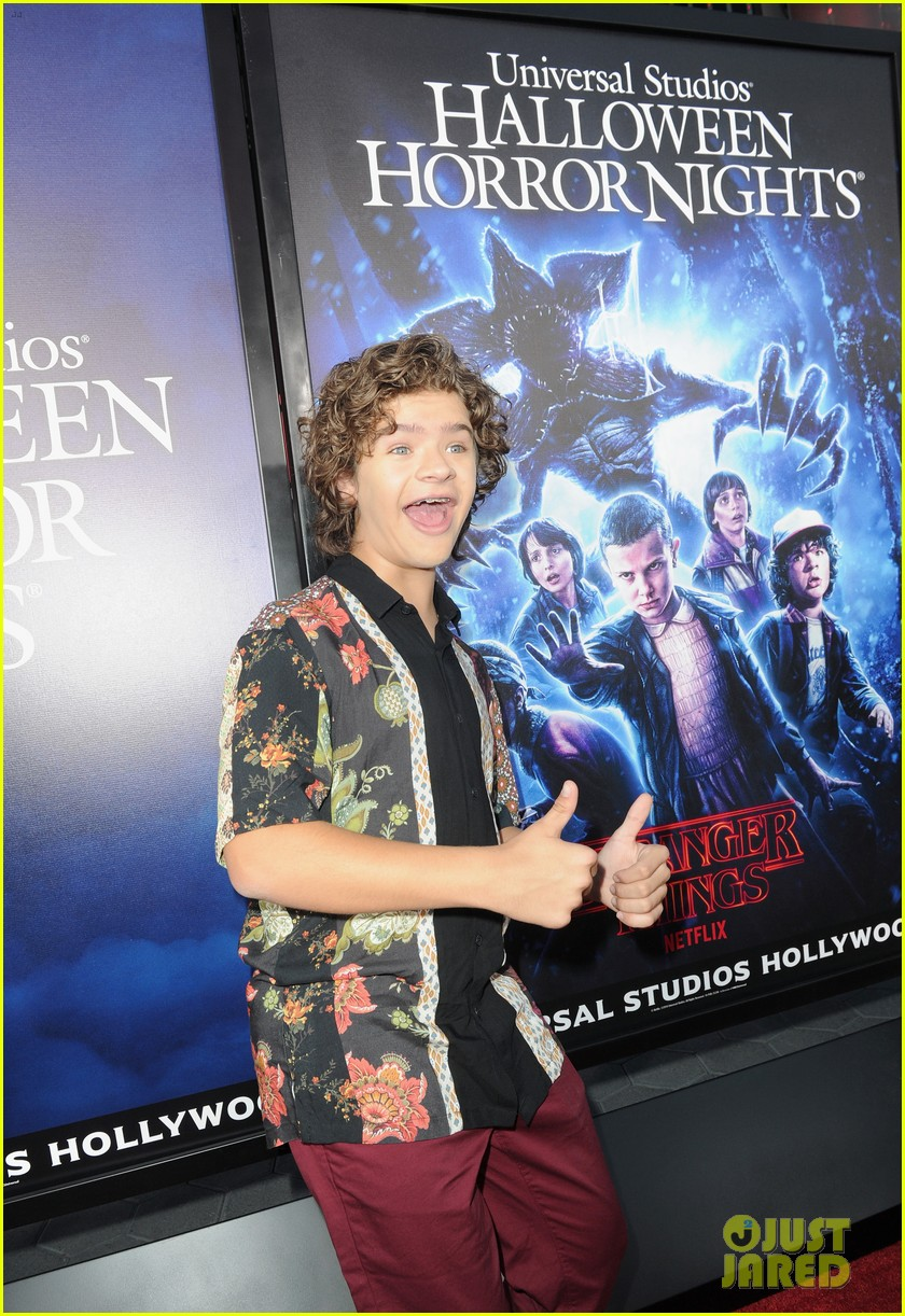 stranger things' kids check out the show's maze at universal studios