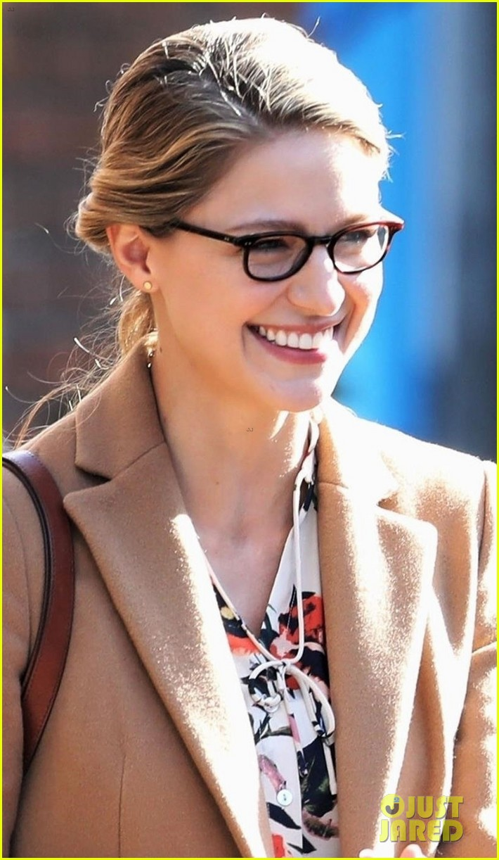 melissa benoist is all smiles on supergirl set in vanouver 04