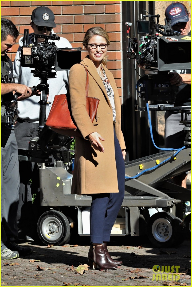 melissa benoist is all smiles on supergirl set in vanouver 05