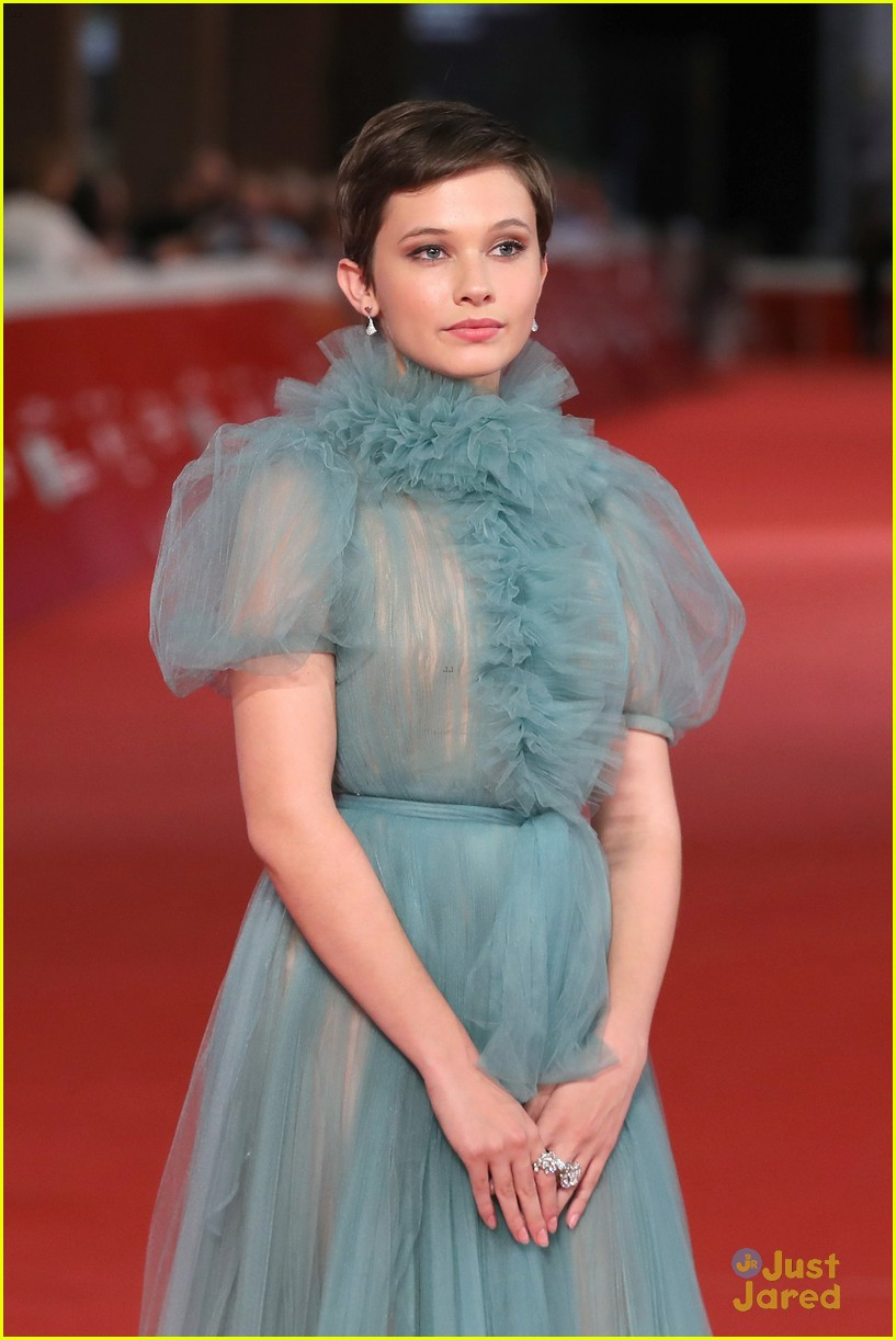 cailee spaeny blue valentino gown rome 01