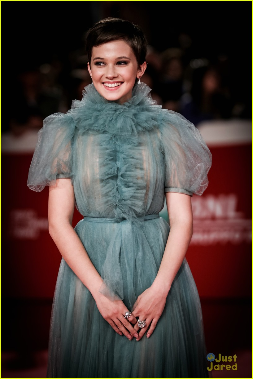 cailee spaeny blue valentino gown rome 02
