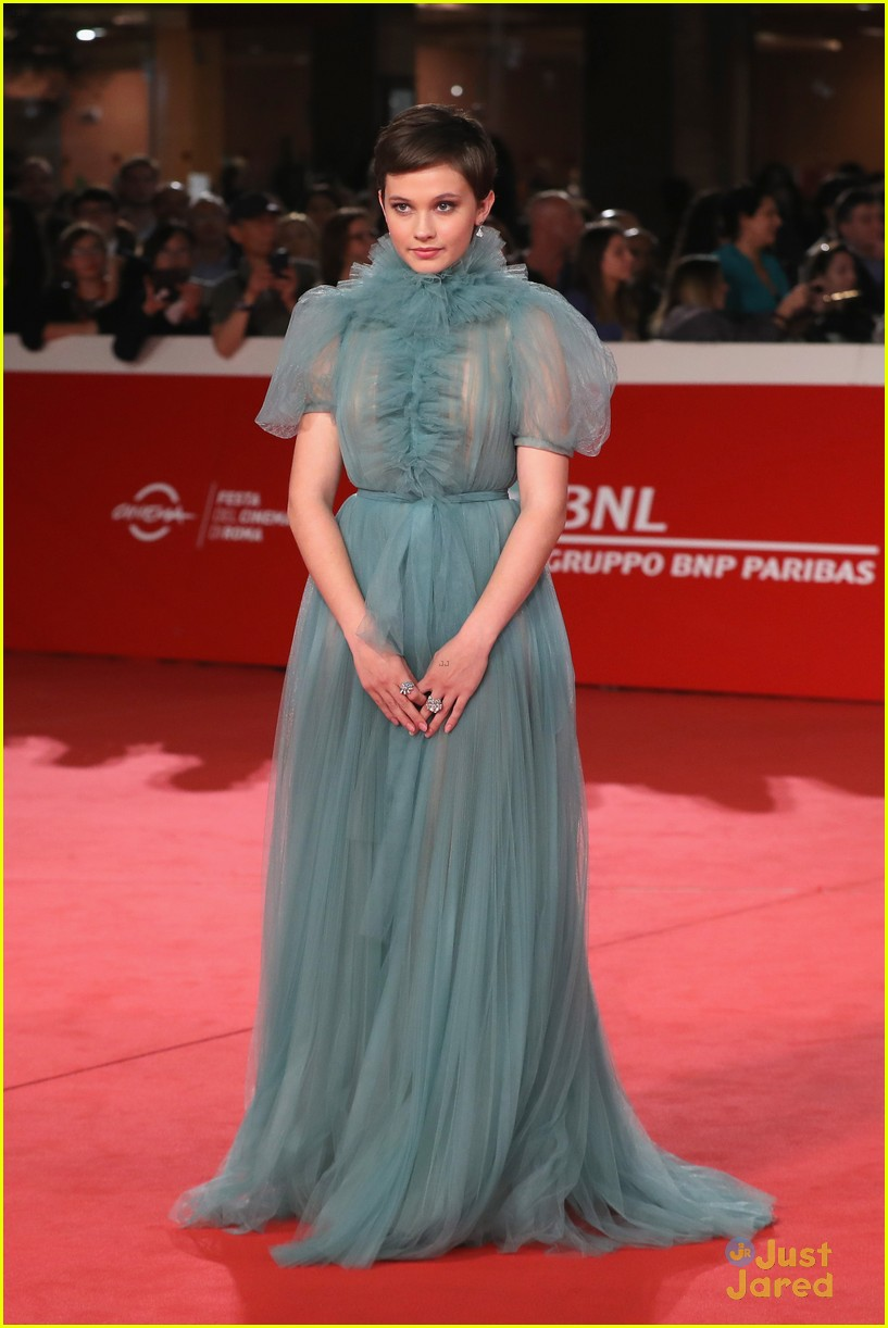 cailee spaeny blue valentino gown rome 03