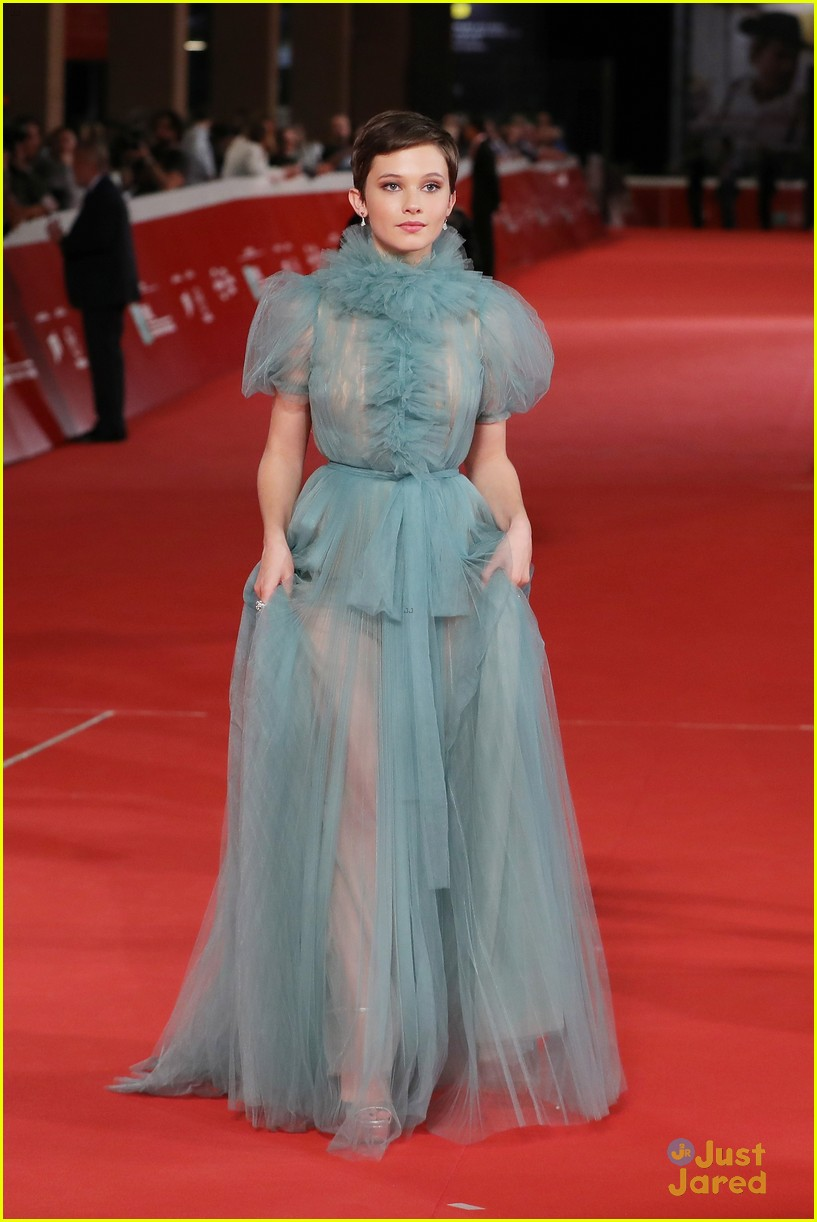 cailee spaeny blue valentino gown rome 04