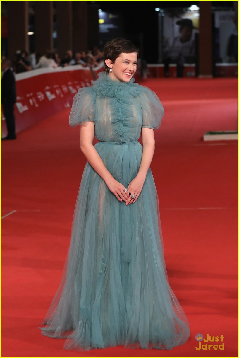 cailee spaeny blue valentino gown rome 08