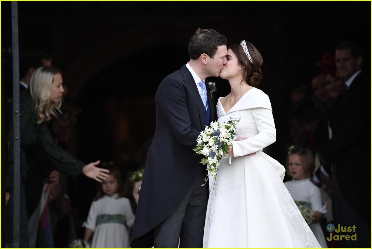 princess eugenie jack brooksbank royal wedding photos 02