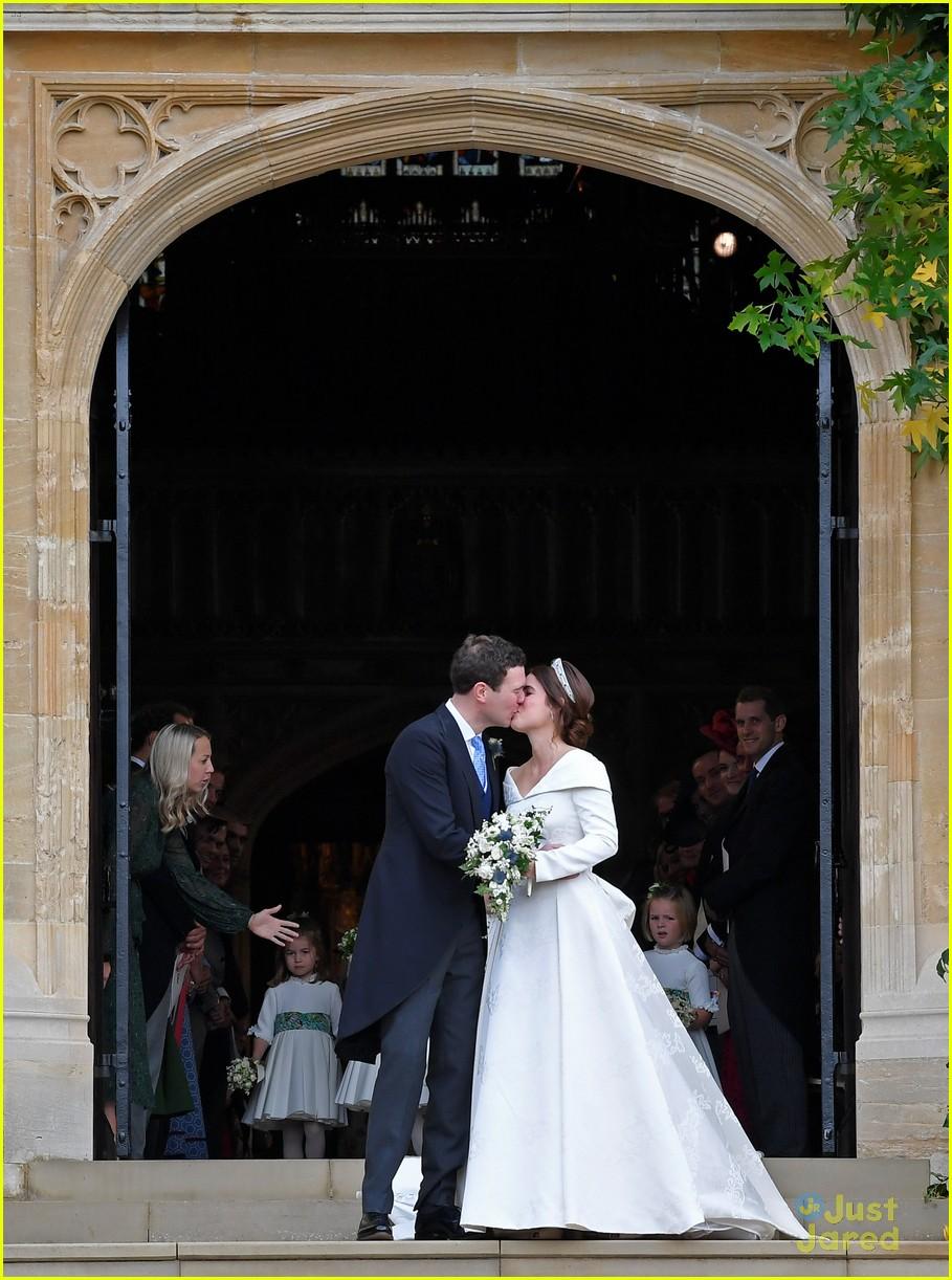princess eugenie jack brooksbank royal wedding photos 06