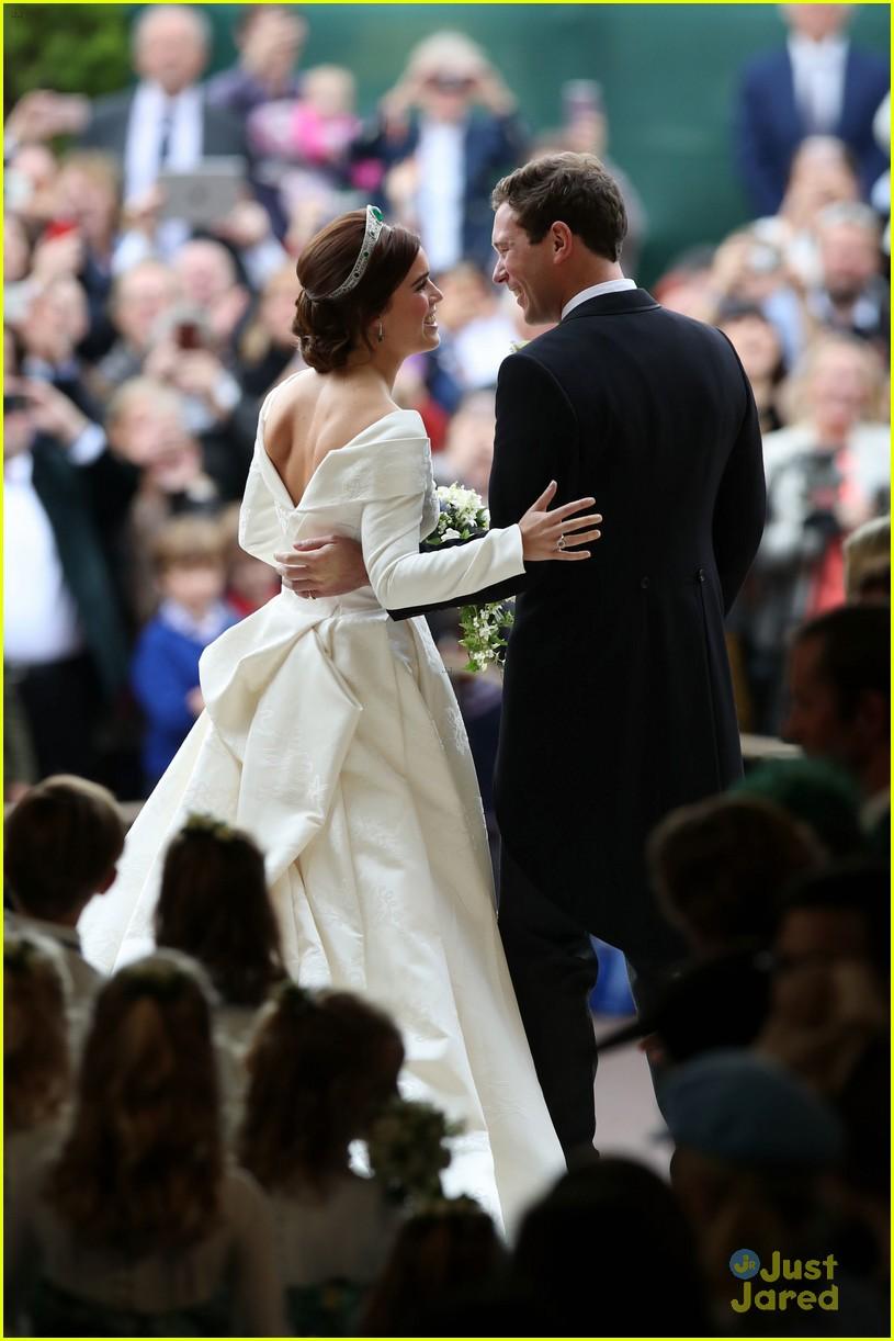 princess eugenie jack brooksbank royal wedding photos 17