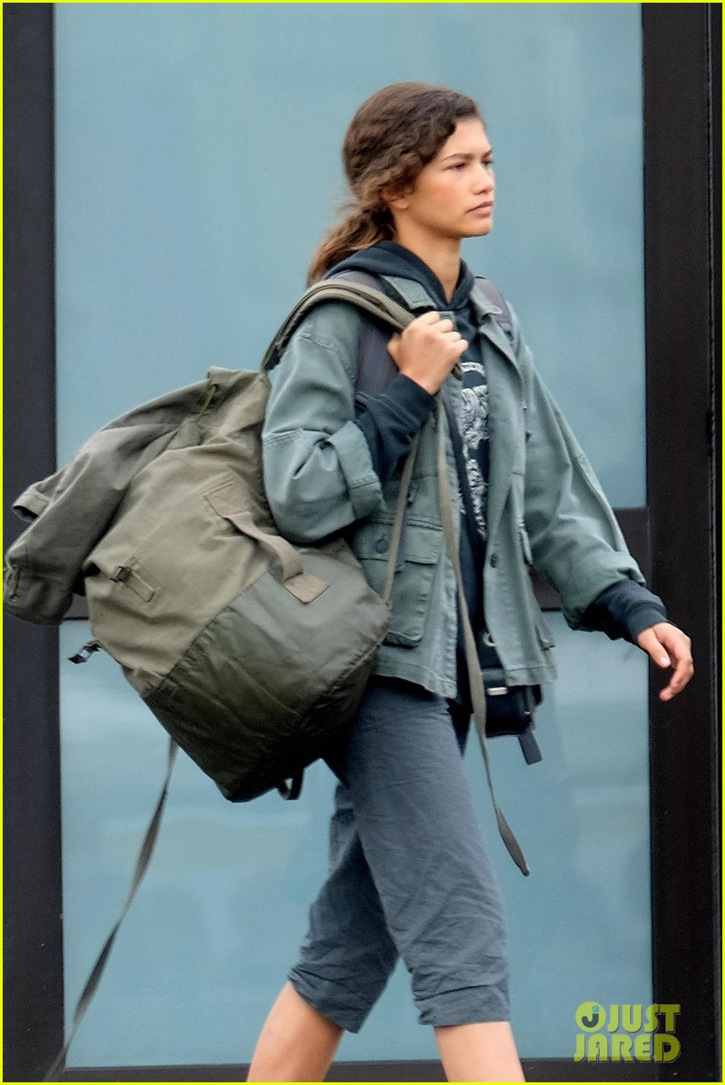 tom holland zendaya load up luggage 02