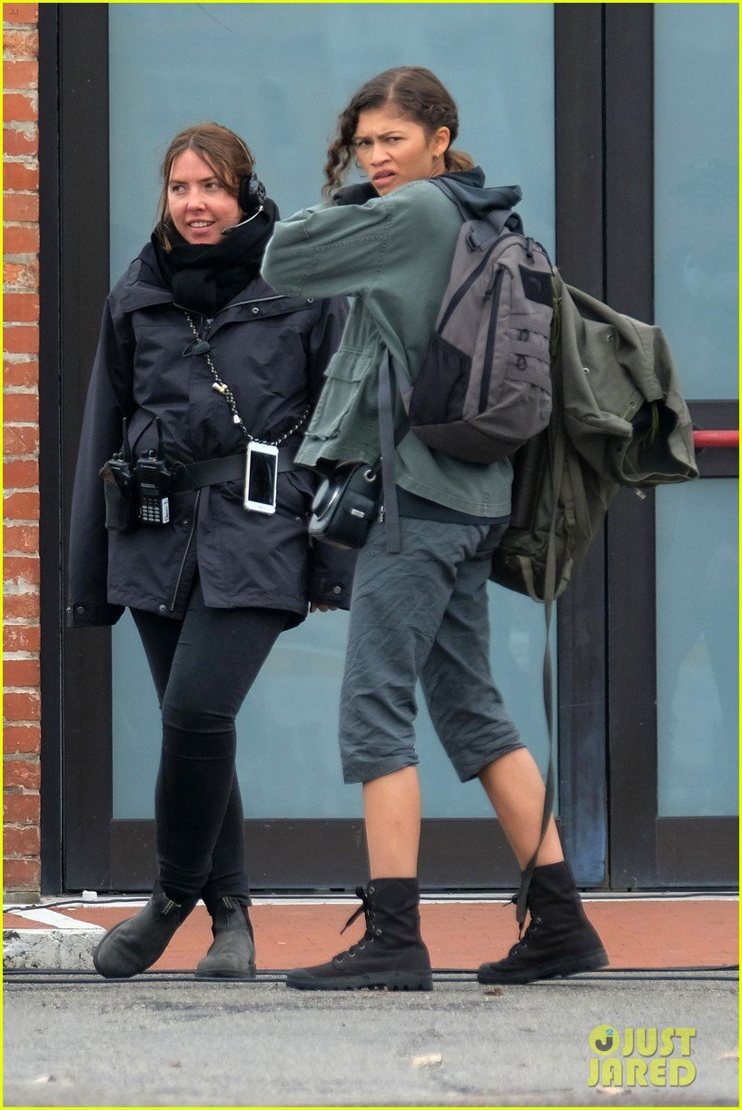 tom holland zendaya load up luggage 07