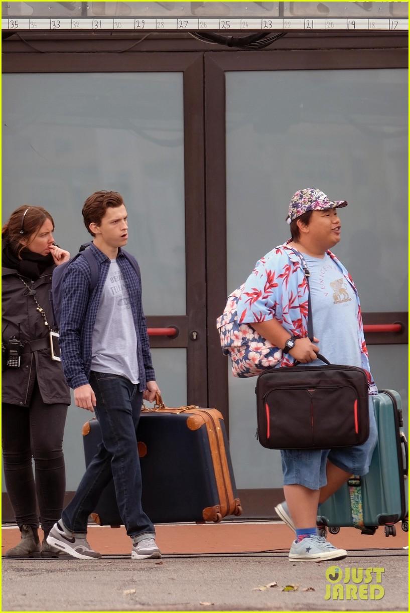 tom holland zendaya load up luggage 13
