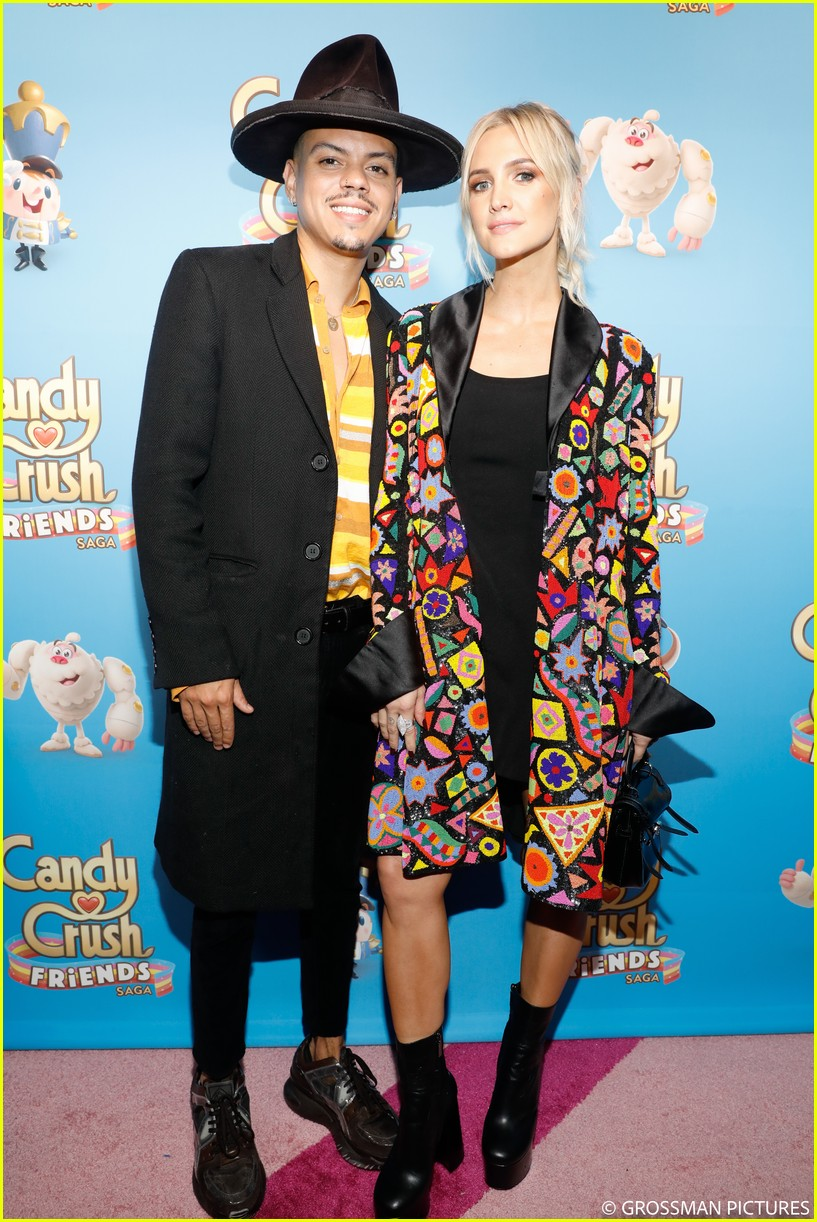 vanessa hudgens chloe moretz candy crush event 03