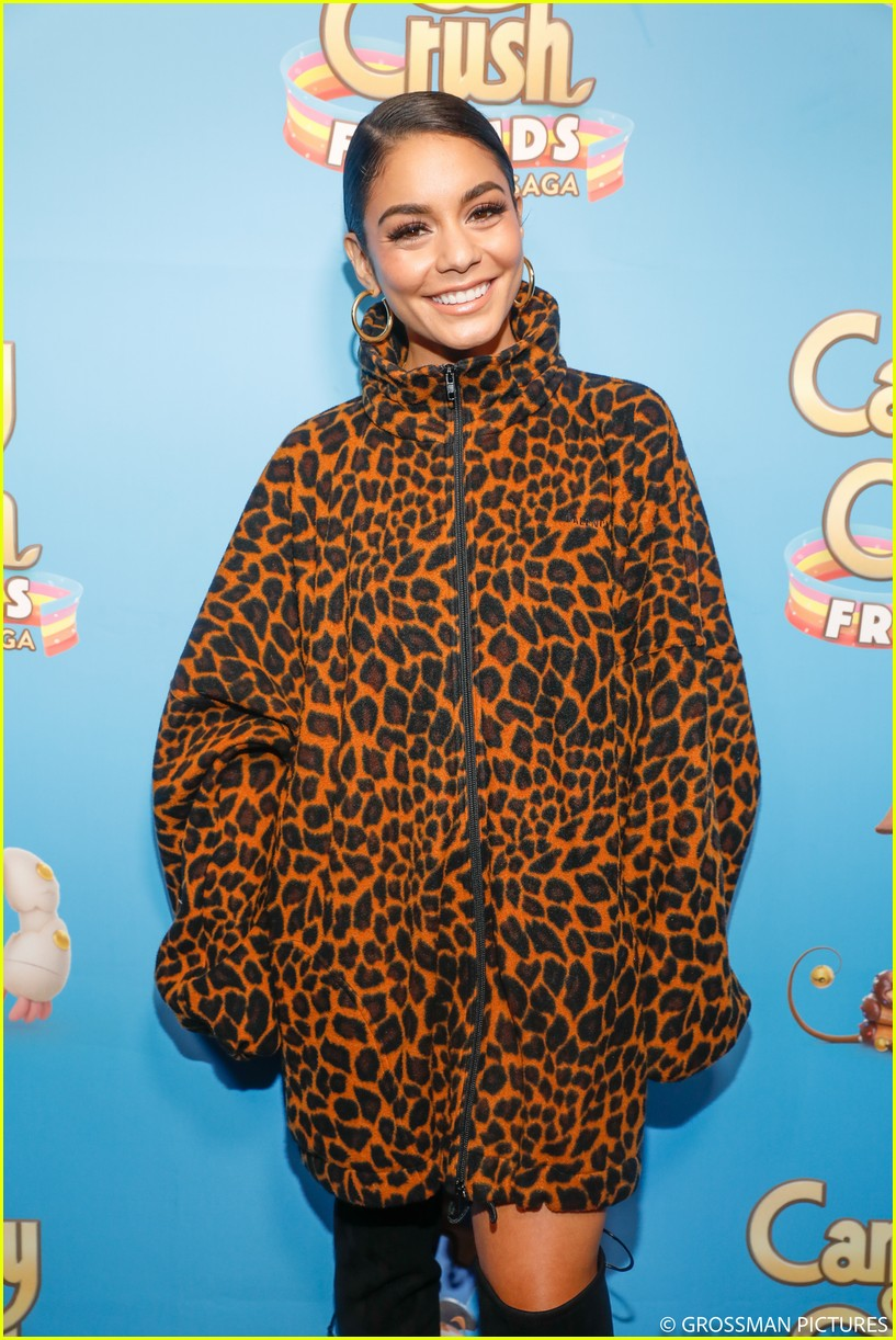 vanessa hudgens chloe moretz candy crush event 05