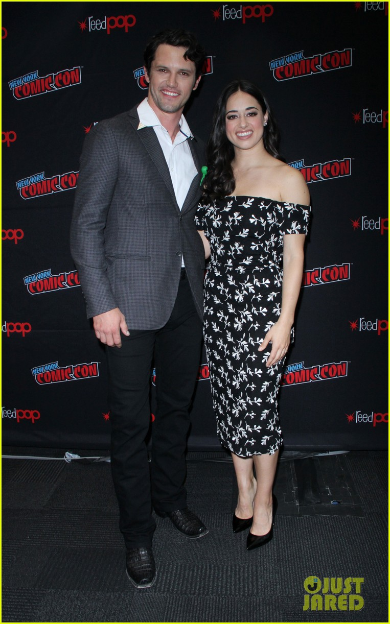 jeanine mason nathan parsons bring roswell to new york comic con 03
