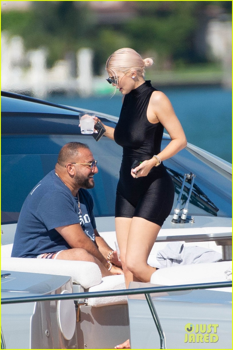 kylie jenner shows off her figure on yacht with jordyn woods in miami02