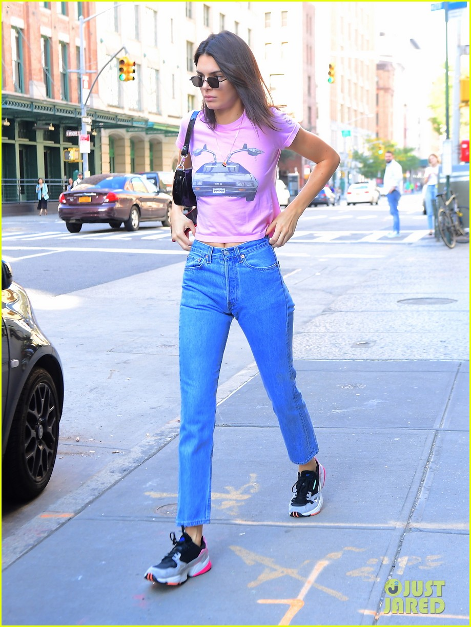kendall jenner sports pink crop t shirt for trip to the movies02