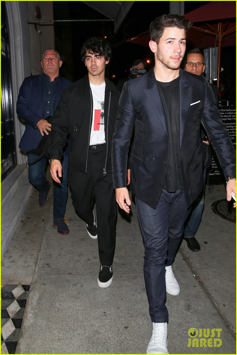 nick jonas joe jonas grab dinner at craigs in weho 02
