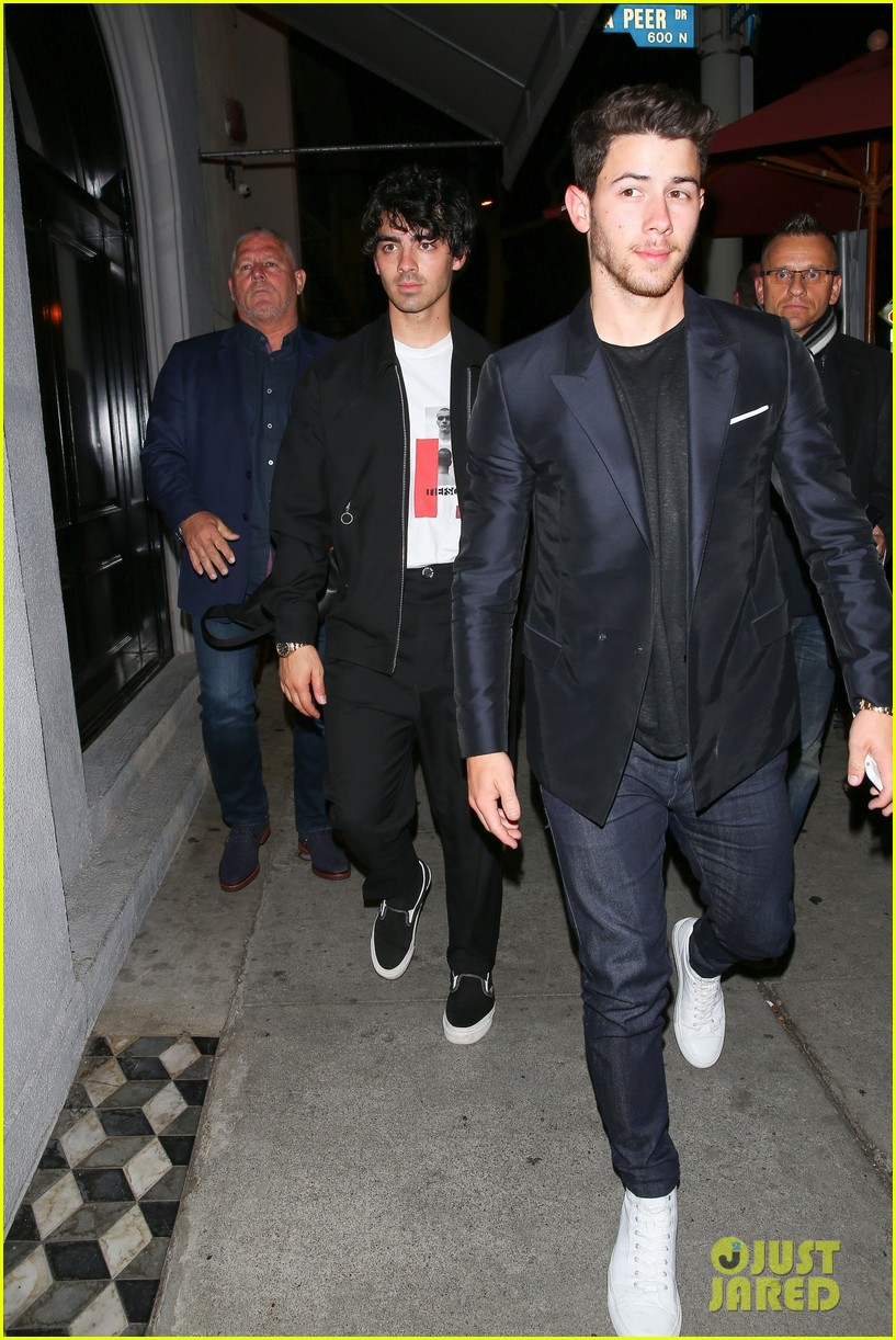 nick jonas joe jonas grab dinner at craigs in weho 07