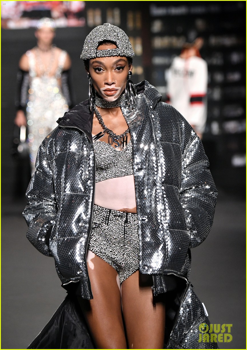 naomi campbell joins gigi hadid bella hadid on moschino x hm runway 10