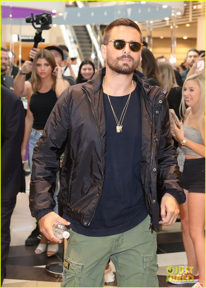 scott disick sofia richie mall in australia 02