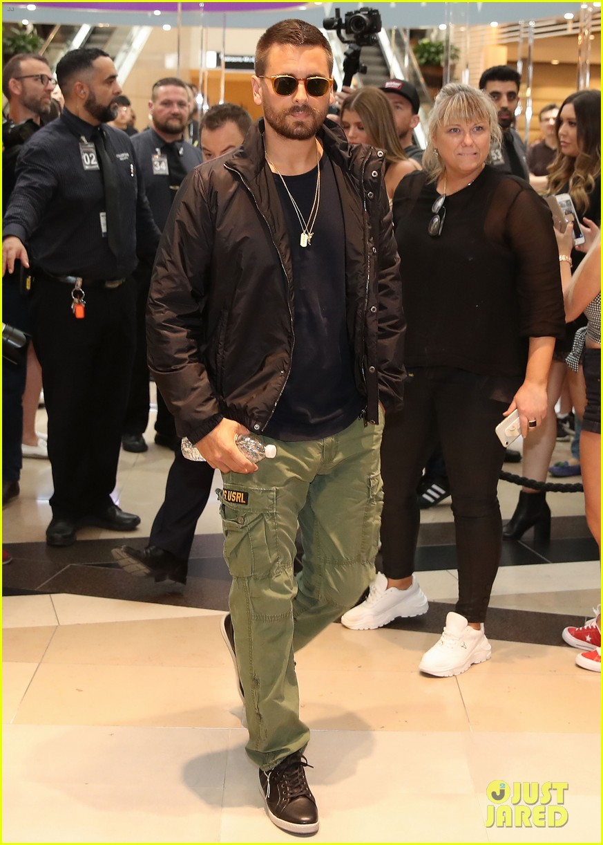 scott disick sofia richie mall in australia 23