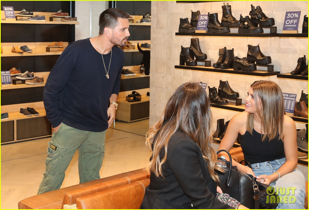scott disick sofia richie mall in australia 30
