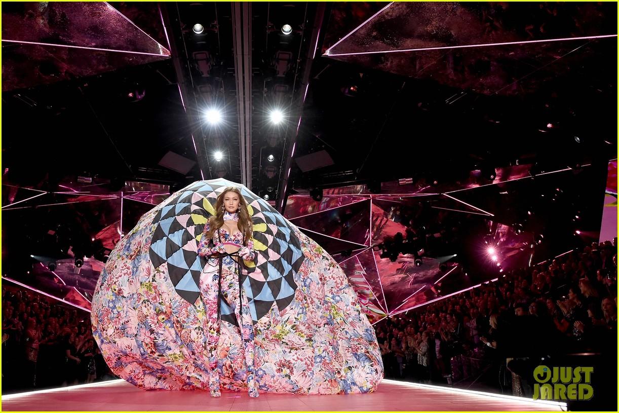 gigi hadid bella hadid victorias secret fashion show 2018 07
