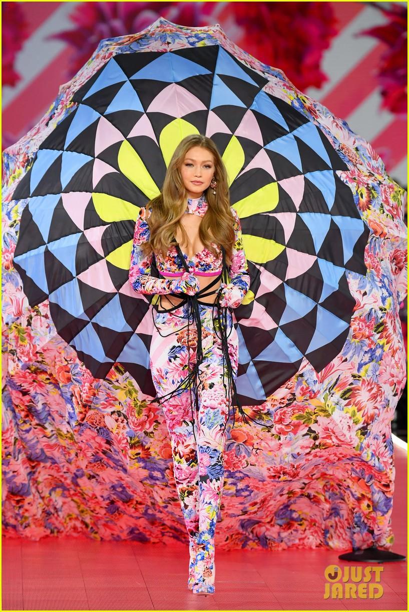 gigi hadid bella hadid victorias secret fashion show 2018 08