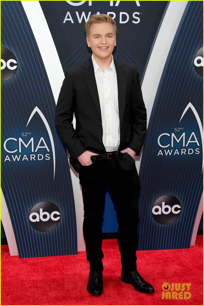 american idols caleb lee hutchinson suits up for cma awards 2018 01