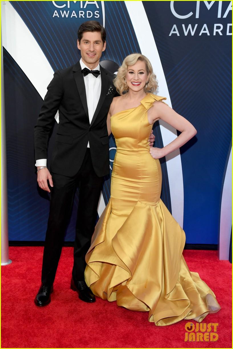 american idols caleb lee hutchinson suits up for cma awards 2018 04