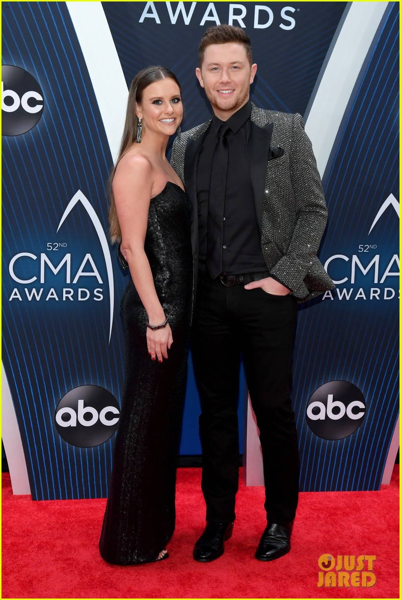 american idols caleb lee hutchinson suits up for cma awards 2018 05